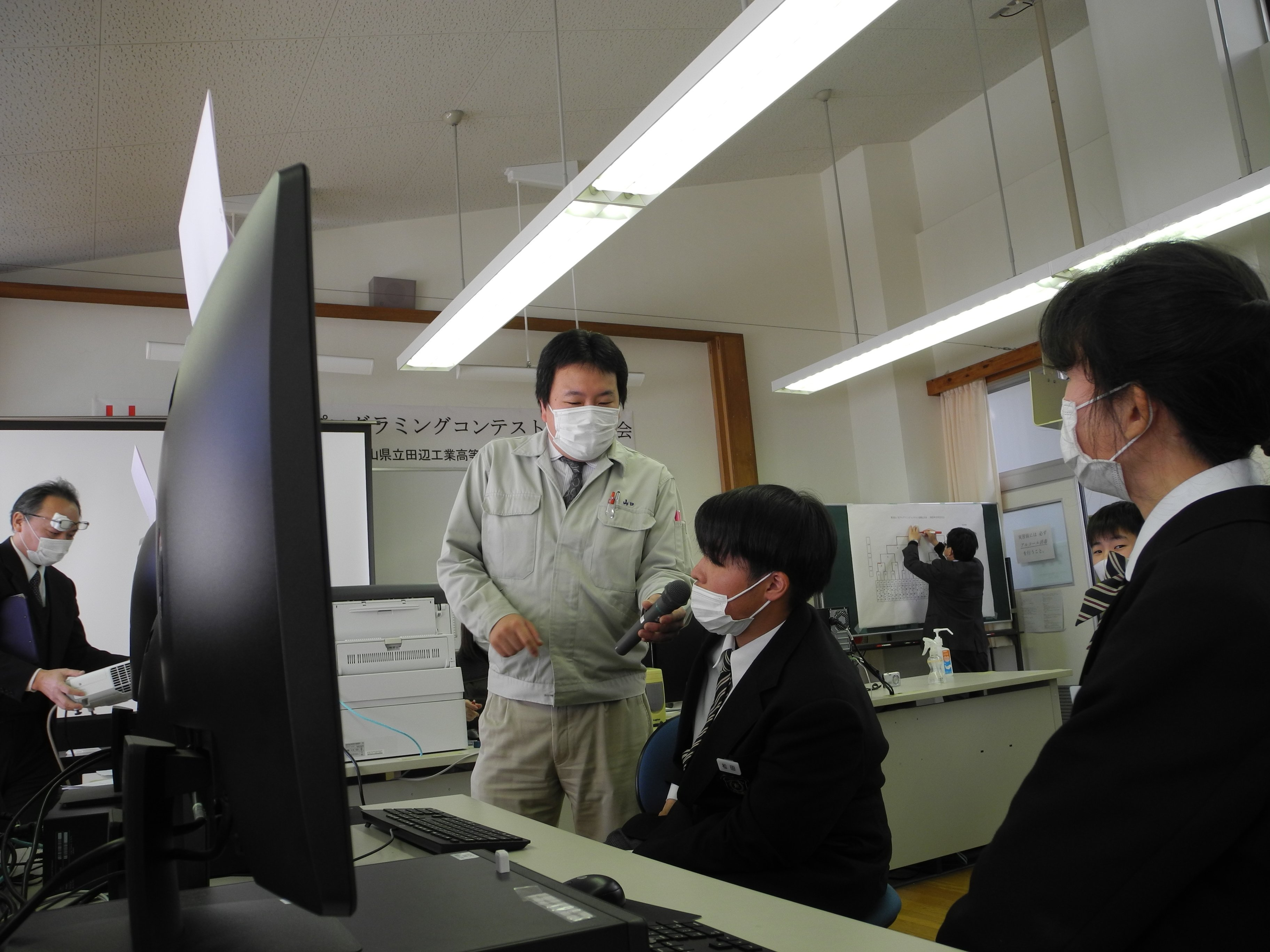 準優勝の松田旺樹さんをインタビューする名物DJの山口先生